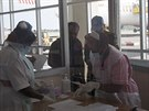 V Ugandě kontrolují lidi přijíždějící z Demokratické republiky Kongo ve snaze...