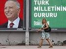 Žena prochází kolem plakátů hlavního opozičního kandidáta Ihsanoglua, nápis...