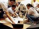 Čínští archeologové přivezli na Pražský hrad sochu klečícího terakotového...