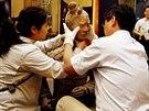 Čínští archeologové vybalují sochu terakotového vojáka.