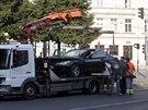 Odtahová služba odváží auto, kterým řidič smrtelně zranil dívku na náměstí...