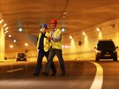 V tunelu Blanka probíhá příprava na cvičení nehody autobusu.