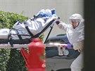 Zdravotníci ve skafandrech převážejí nakaženou americkou misionářku Nancy...