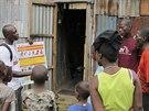 Pracovníci organizace UNICEF se snaží ukázat obyvatelům hlavního města Sierry...