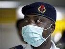 Nigerijský úředník kontroluje pasažéry po příletu na mezinárodní letiště v...