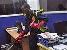 Pracovník dezinfikuje kancelář jedné ze společností sídlících v liberijské...