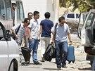 ��n�t� diplomat� prchaj� z boji zm�tan� Libye, zemi opou�t�j� p�es hrani�n�...