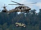 """Ukázka výsadku letectva a pozemních sil během letecké show """"Arctic Thunder"""" na..."""