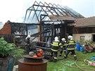 Hasiči se ve Vojtěchově snažili, aby se požár nepřenesl ze stodoly na přilehlé...