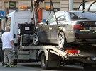 Odtahová služba odváží auto, kterým řidič smrtelně zranil dívku na náměstí Kinských v Praze. (5. srpna 2014)