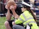 Policistka s otřeseným mladým mužem na místě tragické dopravní nehody (5. srpna 2014)