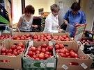 Ženy vybírají z nizozemských rajčat v supermarketu v centru Moskvy. (7. srpna...