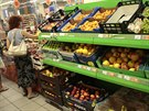 Lidé vybírají zahraniční ovoce v jednom z moskevských supermarketů. (7. srpna...