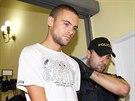 Policisté přivádějí k soudu čtyřiadvacetiletého Marka P., který v úterý brzy ráno na náměstí Kinských podle policie autem srazil a usmrtil mladou ženu. (8. srpna 2014)