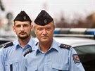 Pražští policisté Lukáš Kasal (vlevo) a Michal Braný předvádějí nové čepice...