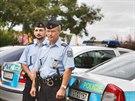 Lukáš Kasal (vlevo) a Michal Braný z oddělení Metro pražské policie předvádějí...