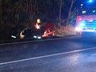 Kvůli kluzké silnici pokryté naftou havarovala čtyři auta. Hasiči ji zasypali...