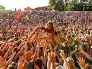 Zpěvák Kryštof Richard Krajčo plave v publiku během koncertu své kapely na...