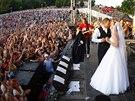 Unesená nevěsta s novomanželem na pódiu během festivalu Kryštof Kemp v Mikulově...