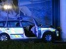 Honička policejního auta s motocyklem v Praze 11 skončila nárazem do sloupu u...