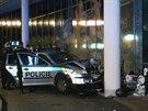 Honi�ka policejn�ho auta s motocyklem v Praze 11 skon�ila n�razem do sloupu u...