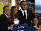 Keylor Navas p�zuje s prezidentem Realu Madrid Fiorentino Per�zem (vlevo),...