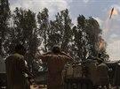 Izraelská armáda odpaluje směrem k Pásmu Gazy minometný granát (4. srpna 2014)