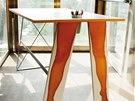Umístění kelímku na potřeby v případě stolu Nohys není náhodné.