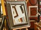 Zrcadlo s fazetou v ručně dokončovaném patinovaném rámu představuje nádherný