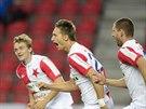 Slávista Milan Škoda (uprostřed) se raduje z gólu se spoluhráči Milanem Černým...