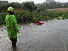 Hasiči odčerpávají vodu po nedělní bouřce v Rosicích.