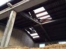Silný vítr utrhl část střechy na zemědělském objektu v Babicích (9. srpna 2014).