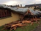Střecha z rodinného domu ve Šternberku přeletěla přes plot k sousedům na...