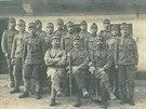 Skupina vojáků z 54. Hanáckého pluku, uprostřed (šestý zprava) stojí Josef...