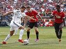 Cristiano Ronaldo (v bílém) z Realu Madrid pálí na brnaku Manchesteru United,...