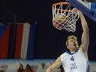 Český basketbalista Patrik Auda smečuje do nizozemského koše.