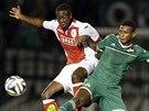 Mendes (vpravo) z Panathinaikosu Atény a Mbombo Lokwa ze Standardu Lutych...