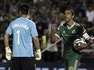 Zeca z Panathinaikosu Atény slaví svůj gól, právě pokořil gólmana Eidžiho...