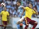 Sparťanský záložník Marek Matějovský (ve žlutém) bojuje o míč s Markusem...