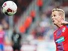 David Limberský z Plzně sleduje letící míč.