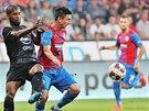 Milan Petržela (uprostřed) z Plzně kontroluje míč před Jeanem Alainem Fenchonem...