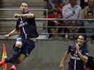 Zlatan Ibrahimovic (vlevo) a Edison Cavani z Paris St Germain se raduj� z trefy...