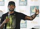 LeBron James je zp�t v Clevelandu, p�iv�tal ho zapln�n� kampus univerzity v...