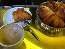 Typická snídaně Pařížana - croissant namáčený do kafe
