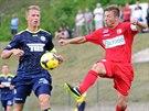Varnsdorfský fotbalista Jan Filip (vlevo) bojuje o míč proti Janu Martykánovi z...