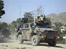 Vojáci NATO odjíždějí z výcvikového střediska Camp Qargha, na nějž zaútočil muž v uniformě afghánské armády (Afghánistán, 5. srpna 2014).