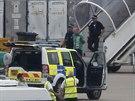 Policie vyvádí z letadla společnosti Qatar Airways muže, který oznámil bombu na...