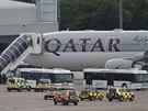 Cestující vystupují z letadla společnosti Qatar Airways, které na letiště v...