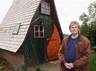 Domek m� rozlohu osm metr� �tvere�n�ch a je vyroben z recyklovan�ho d�eva.