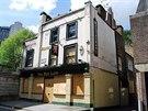 Hospoda The Red Lion v londýnské čtvrti Mayfair zavřela v roce 2009.